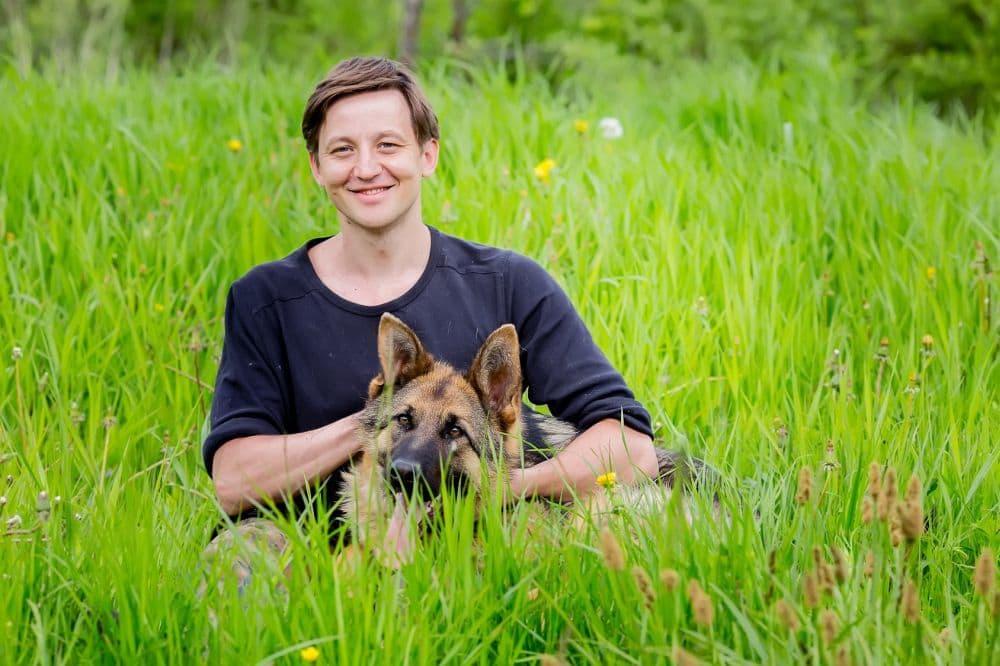 Glücklicher Schäferhundbesitzer