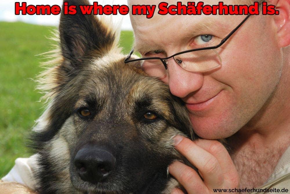 Der Mann umarmt seinen Schäferhund